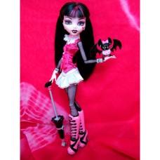 Кукла Монстер Хай Дракулаура с питомцем 1-й выпуск 2010 год Monster High Draculaura Basic