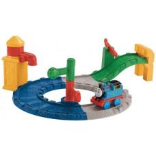 Детская Игрушечная Железная Дорога Томас и друзья с паровозиком и аксессуарами, 30.5x25.5x9 см, Fisher Price